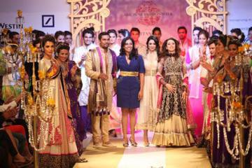 karishma-kapoor-walks-the-ramp-1