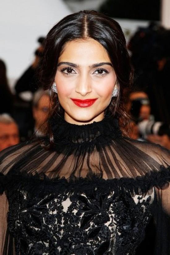 Sonam-Kapoor-Walks-The-Red-Carpet-Cannes-2012-3
