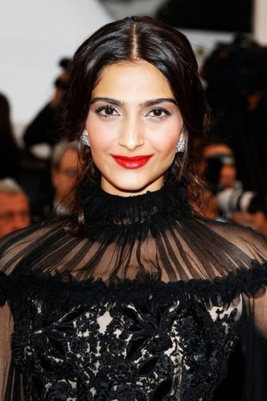 Sonam-Kapoor-Walks-The-Red-Carpet-Cannes-2012-3