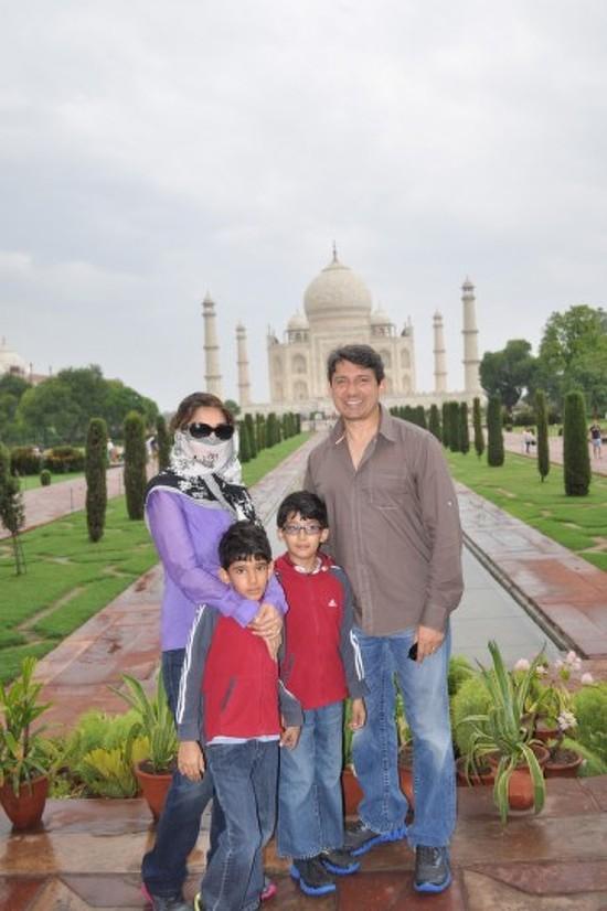 Madhuri-Dixit-With-Family-At-Taj-Mahal