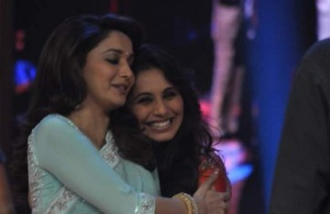 Rani-Mukherjee-With-Madhuri-Dixit-On-Sets-Of-Jhalak-Dilkhla-Jaa