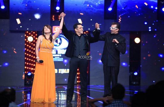 Bigg Boss 6-Finale-Pics-Salman Khan-With-Urvashi Dholakia
