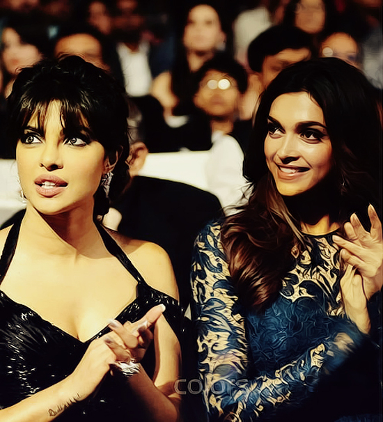 Priyanka-Chopra-Deepika-Padukone-At-Screen-Awards-2013