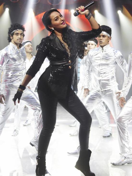 Sonakshi-Sinha-Disco-Song-In-Himmatwala-Pic