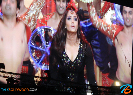 Aishwarya-Rai-TOIFA-Performance-Photos-(1)-tbwm