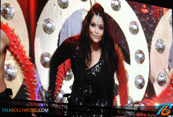 Aishwarya-Rai-TOIFA-Performance-Photos-(2)-tbwm