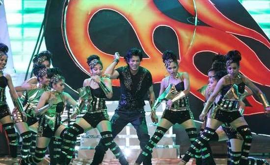 Shahrukh-Khan-Performing-At-IPL-6-Opening-Ceremony