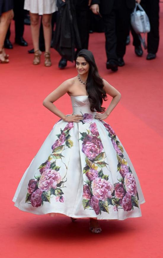 Sonam-Kapoor-Cannes-2013-Day-2-Red-Carpet-Jeune & Jolie-Premiere